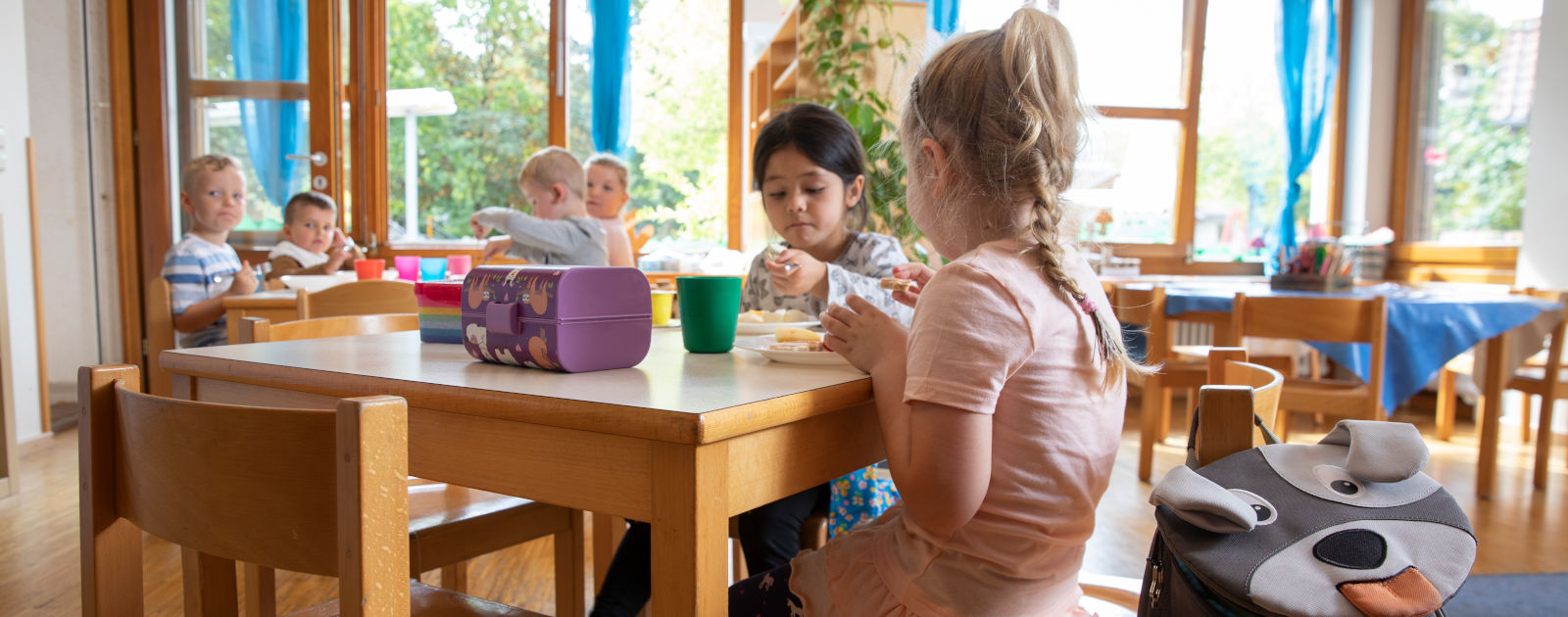 Kinder beim Essen im Speisesaal