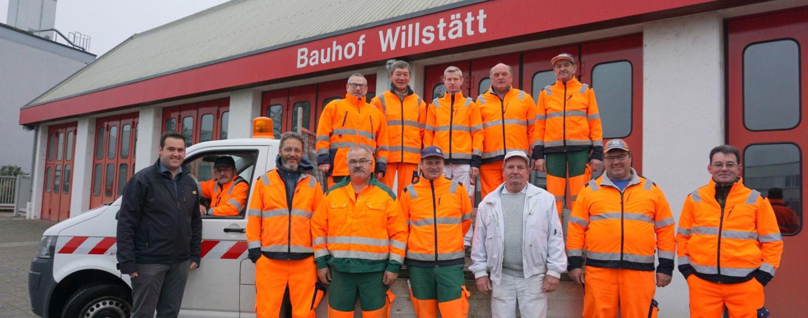 Gruppenbild Bauhof Mitarbeiter in orangener Arbeitskleidung