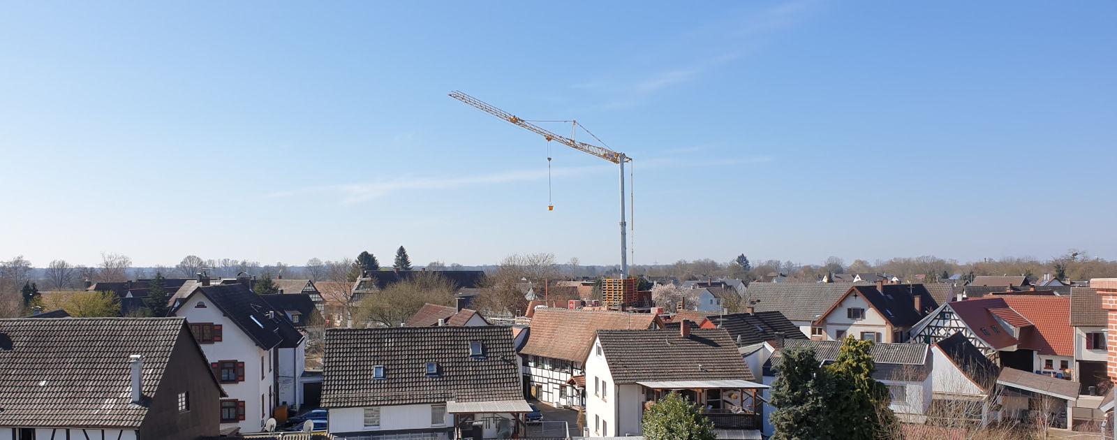 Baukran in Wohngebiet in Willstätt