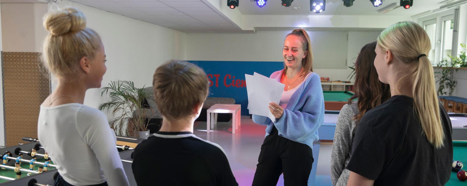 Praktikantin im Gespräch mit Jugendlichen