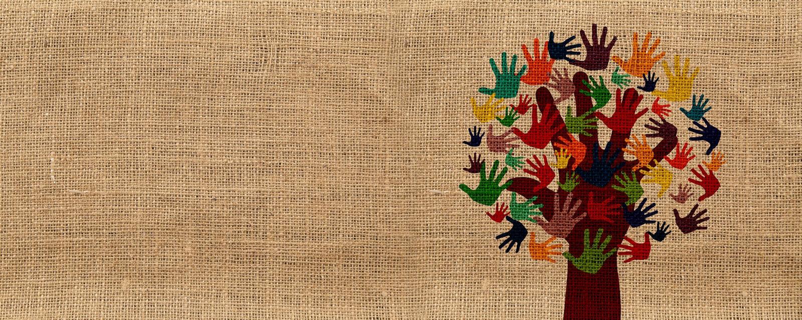 Baum aus verschieden großen und farbigen Händen