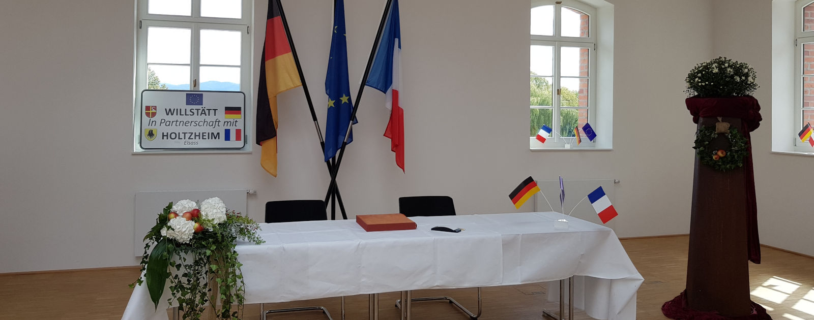 Bürgersaal vor Unterzeichung Partnerschaftsurkunden Willstätt und Holtzheim