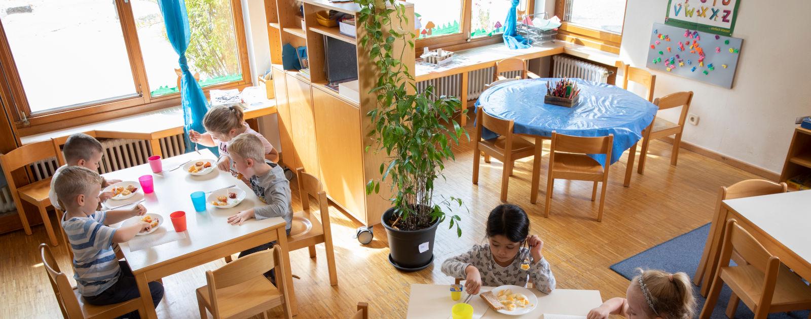 Kinder im Speisesaal im Kindergarten in Willstätt