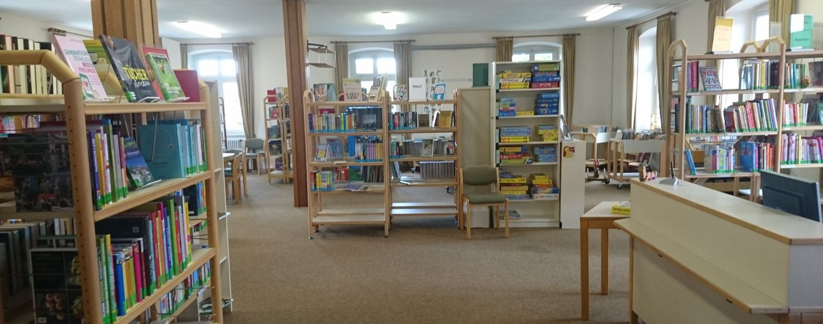 Bücherregale in der Mediathek in Legelshurst