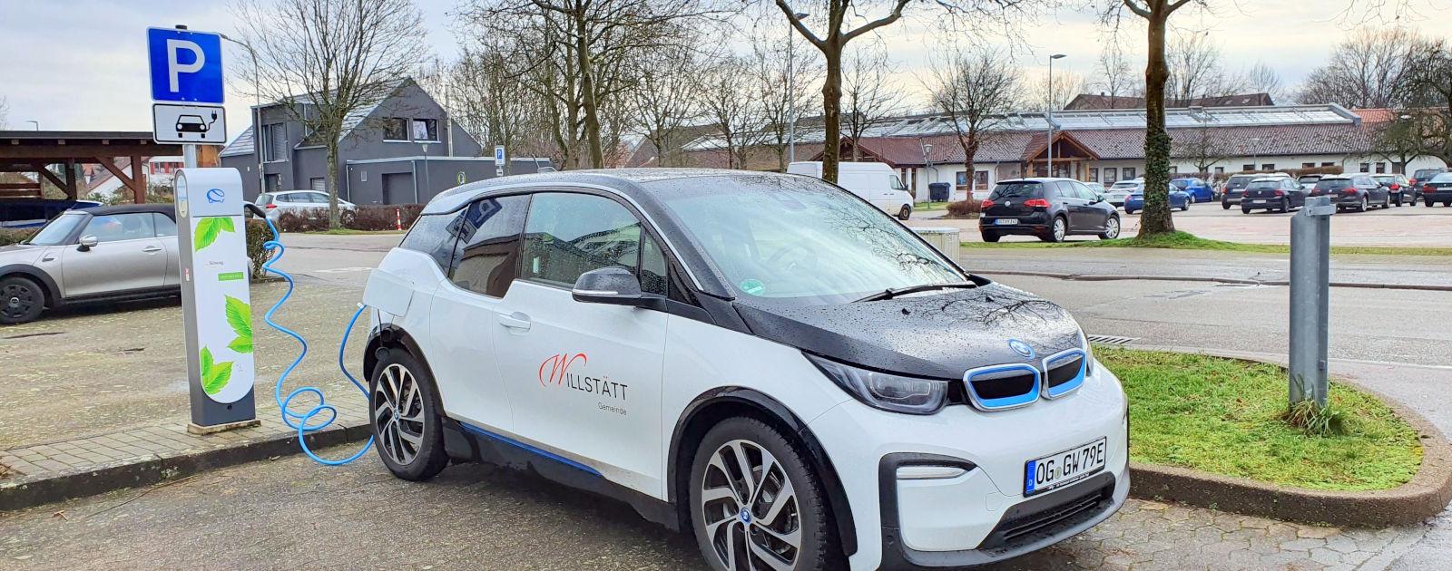 E-Auto der Gemeinde Willstätt an einer Ladestation auf dem Parkplatz gegenüber der Hanauerlandhalle in Willstätt