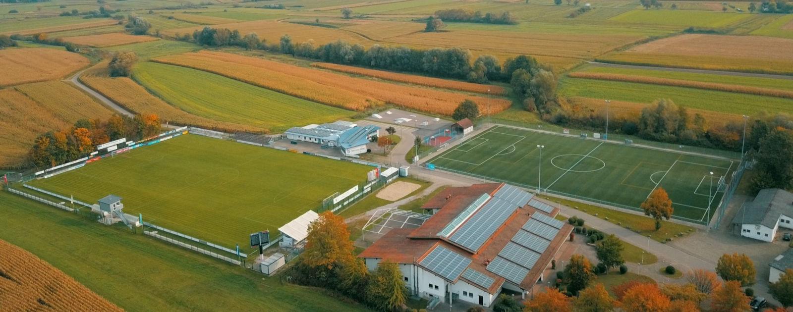 Luftaufnahme der Sportanlage mit Turnhalle und Skaterplatz in Sand