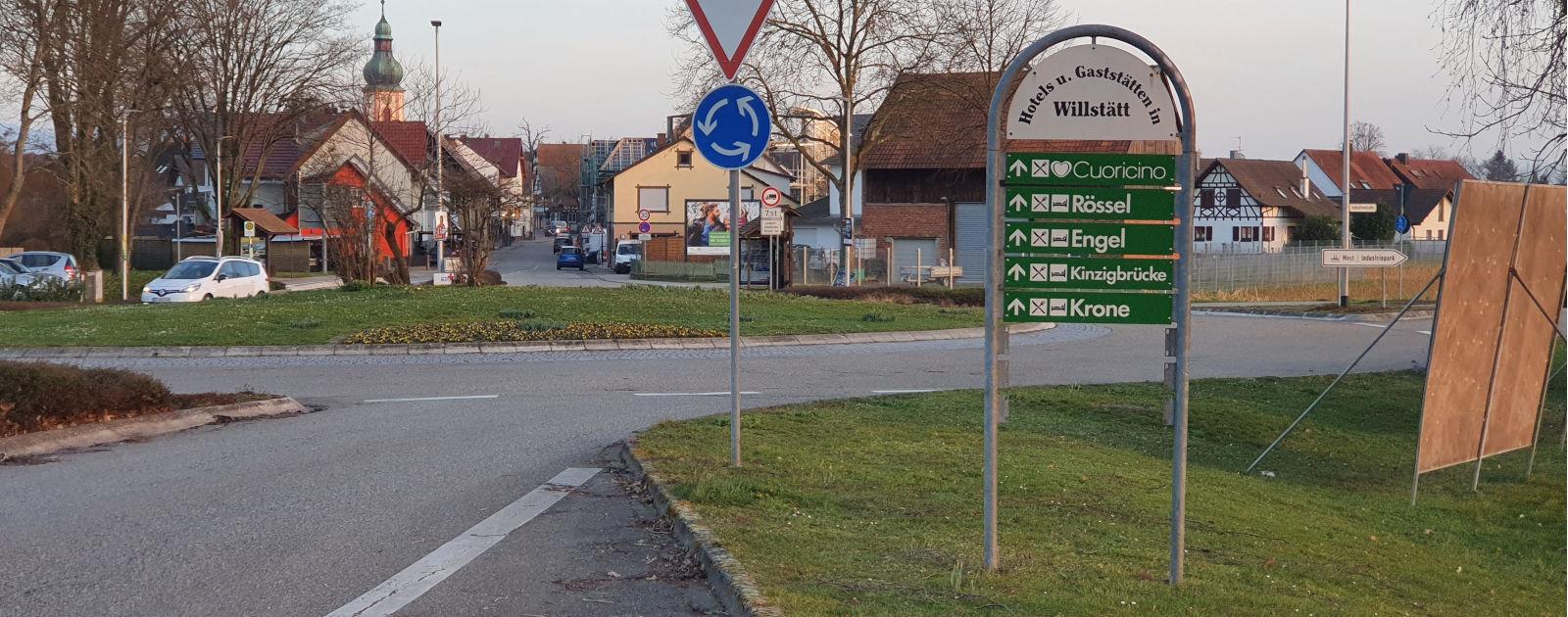 """Ortseinfahrt Willstätt mit Beschilderung """"Hotels und Gastronomie in Willstätt"""""""
