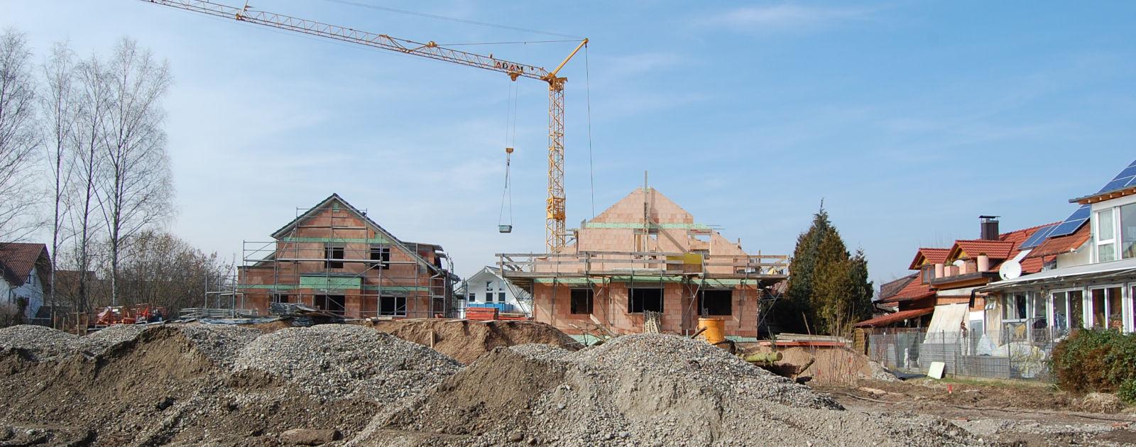Baustelle im Hintergrund werden zwei Wohnhäuser errichtet