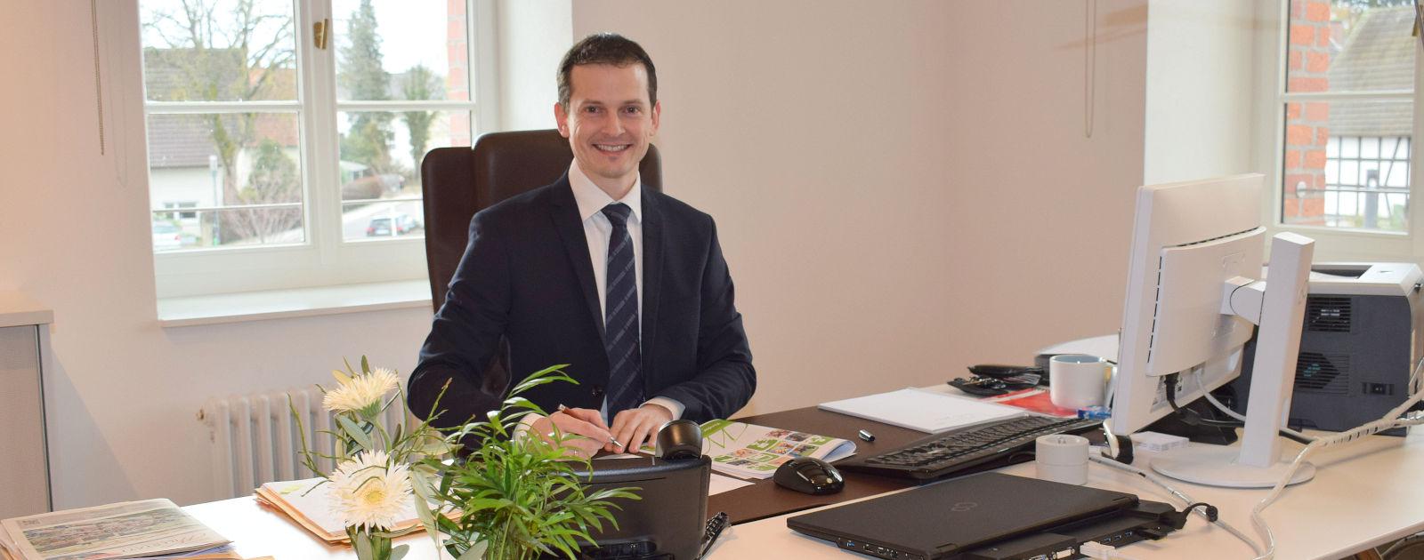 Bürgermeister Christian Huber am Schreibtisch in seinem Büro.