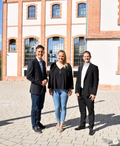 Erinnerungsbild vor der alten Wirkungsstätte: Ex-Kämmerer Philip Kaufmann, seine Nachfolgerin Katharina Schubert und Bürgermeister Christian Huber